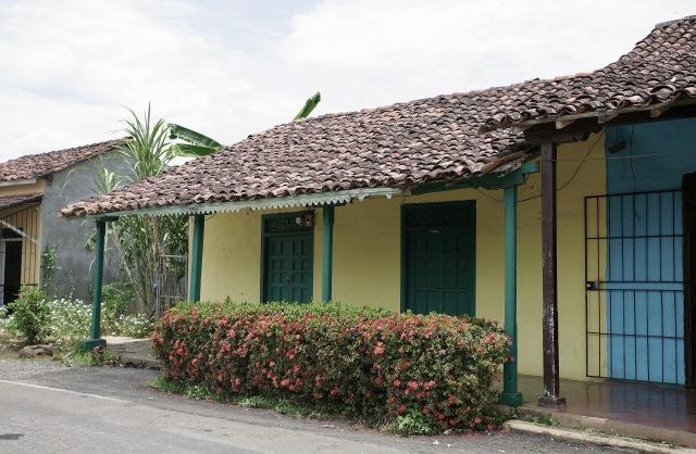 2560px-Arquitectura_tradicional_de_Monagrillo_de_sus_colores_y_diseños_muy_antiguos.jpg