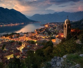 Montenegro_Kotor_town_mountains_building_lights_landscape-96126.jpg!d