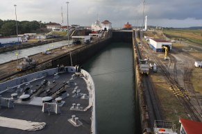 2560px-Flickr_-_Official_U.S._Navy_Imagery_-_Mules_guide_USS_San_Diego_through_the_Panama_Canal.