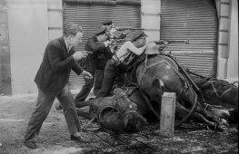 garde_d_assaut_dans_le_rue_de_la_diputacio_19_juillet_1936