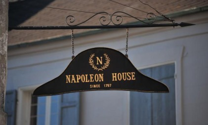 Nola, Napoléon, Chapeau