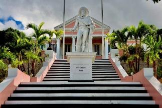 Cette statue de Christophe colomb a été dressée sur les marches qui mènent au palais du gouverneur en 1830. Le navigateur audacieux posa pour la première fois le pied dans le Nouveau Monde à San Salvador le 12 octobre 1492.